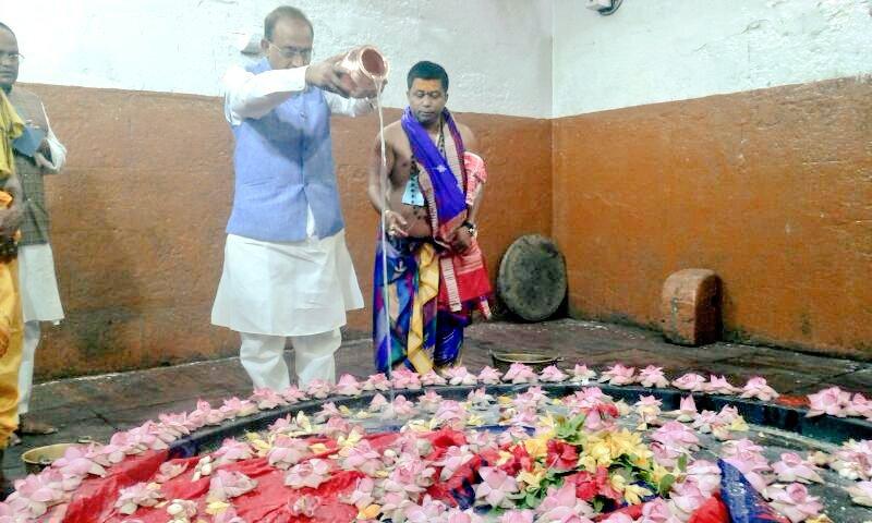 Vijay Goel posting photos of Lingaraj Temple