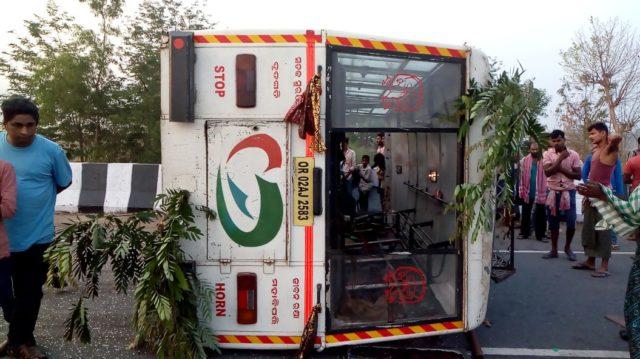 Over 20 injured as bus turns turtle in Ganjam