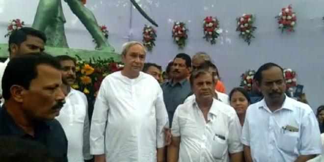 CM unveils Birsa Munda statue