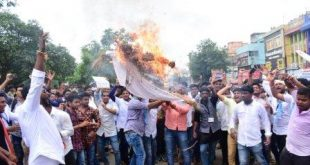 DMLT, DMRT students with support of NSUI scuffle with police in Bhubaneswar