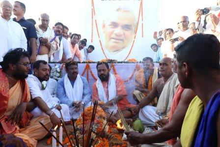 Ashes of Vajpayee immersed in sea in Odisha