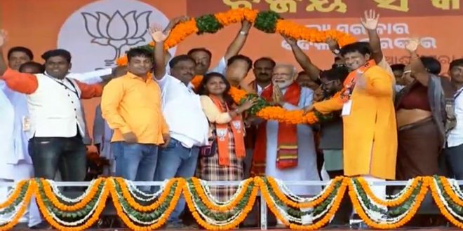 Handful of officers cannot save Naveen babu: Modi
