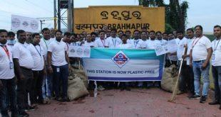 Jio employees join 'Jio Swachh Rail Abhiyan'