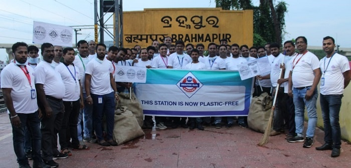 Jio employees join 'Jio Swachh Rail Abhiyan'