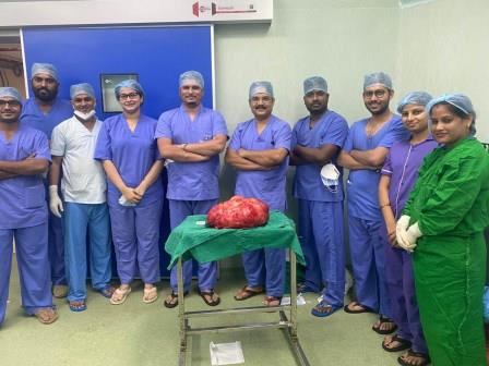 SUM surgeons remove huge tumour