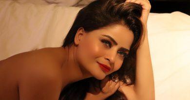 Gehana Vasisth goes topless